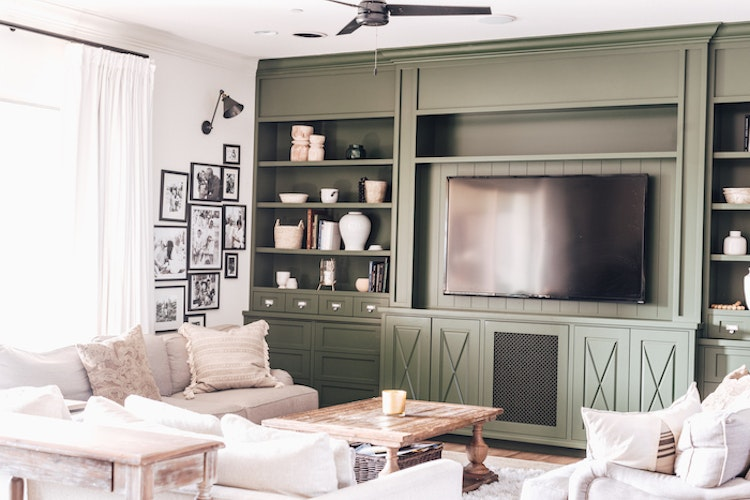4 Tips for a Clutter-Free Family Room