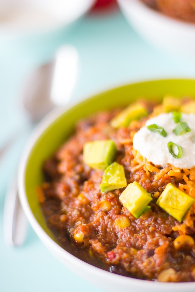 This-Vegan-Crockpot-Quinoa-and-Black-Bean-Chili-needs-only-10-minutes-prep-then-right-into-the-crockpot-It-results-in-a-thick-filling-and-delicious-chili.-vegan-chili-healthy-blackbean-quinoa-crockpot-slowcooker-3
