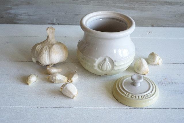 le-creuset-garlic-keeper